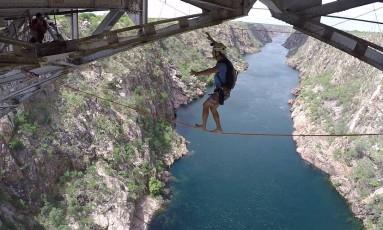 Caio se equilibra na fita de 12 metros de extensão antes do salto de 85 metros Foto: Jarbas Rodrigues