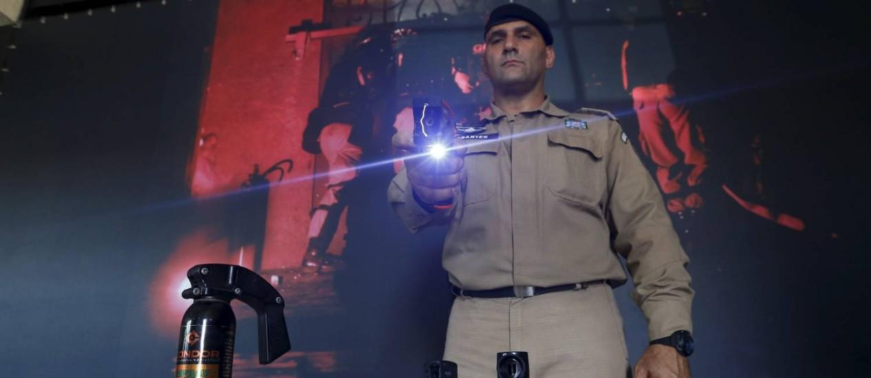 Hoje, guardas municipais do Rio são proibidos de usar qualque tipo de armamento Foto: Pablo Jacob / Agência O Globo