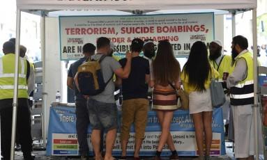 Membros da comunidade muçulmana de Manchester dão informações ao público mostrando que terror é contrário aos ensinamentos religiosos Foto: OLI SCARFF / AFP