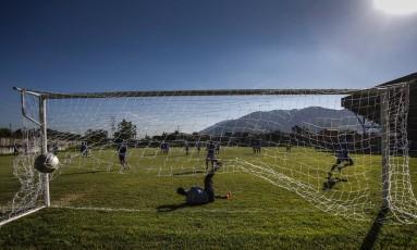 Precariedade na série B do Carioca. Na foto, o América treina no estádio Giulite Coutinho em Edson Passos Foto: Alexandre Cassiano / Agência O Globo