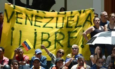 Ativistas comparecem a uma entrevista coletiva de prefeitos opositores no distrito de Chacao, em Caracas Foto: FEDERICO PARRA / AFP