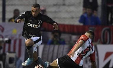 Guilherme tenta dominar a bola. O Botafogo perdeu por 1 a 0 para o Estudiantes de La Plata Foto: JUAN MABROMATA / AFP