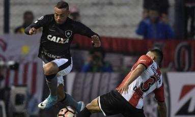 Guilherme disputa bola com Lucas, do Estudiantes de La Plata Foto: JUAN MABROMATA / AFP