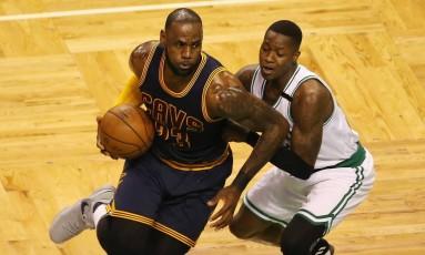 LeBron James encara a marcação do Boston Celtics na vitória dos Cavaliers Foto: Adam Glanzman / AFP