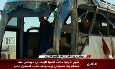 """Imagem da TV estatal do Egito, """"Nile News"""", mostra ônibus destruído após ataque a coptas ao sul do Cairo Foto: TV GRAB / AFP"""