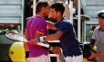 Nadal e Djokovic se cumprimentam após a semifinal do Masters 1000 de Madrid Foto: SUSANA VERA / Reuters