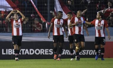 Estudiantes, do presidente-jogador Verón (à frente), disputará a Sul-Americana depois de cair na Libertadores Foto: JUAN MABROMATA / AFP