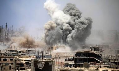 Fumaça se espalha no ar após um ataque áereo em uma área rebelde da cidade Síria de Daraa, no sul do país Foto: MOHAMAD ABAZEED / AFP