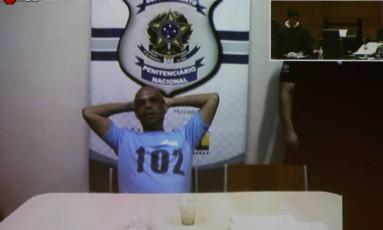 O traficante Fernandinho Beira-Mar em julgamento no Fórum do Rio em 18/10/2016 Foto: Pablo Jacob / Agência O Globo