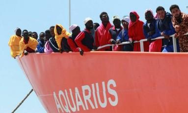 Navio resgata mil imigrantes, incluindo 240 crianças, na costa italiana Foto: CARLO HERMANN / AFP
