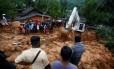 Pessoas se reúnem durante uma missão de resgate em um deslizamento de terra na aldeia Bellana em Kalutara, Sri Lanka Foto: Reuters / Dinuka Liyanawatte