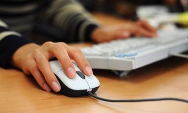 A partir de agora, estudantes da Educação Básica poderão ter aulas a distância, via computador Foto: Divulgação