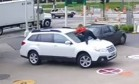 Mulher sobe no capô do seu carro para impedir roubo Foto: Reprodução