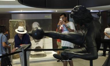 Turista tira foto da estátua de Zico Foto: Pedro Teixeira/31-7-2015