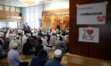 """Cartazes escritos """"Eu amo Manchester"""" aparecem na parede de uma mesquita da cidade, após o ataque da segunda-feira que deixou 22 mortos Foto: OLI SCARFF / AFP"""