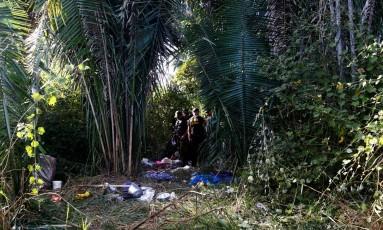 Peritos trabalham no local onde dez pessoas foram mortas na Fazenda Santa Lúcia Foto: LUNAE PARRACHO / REUTERS