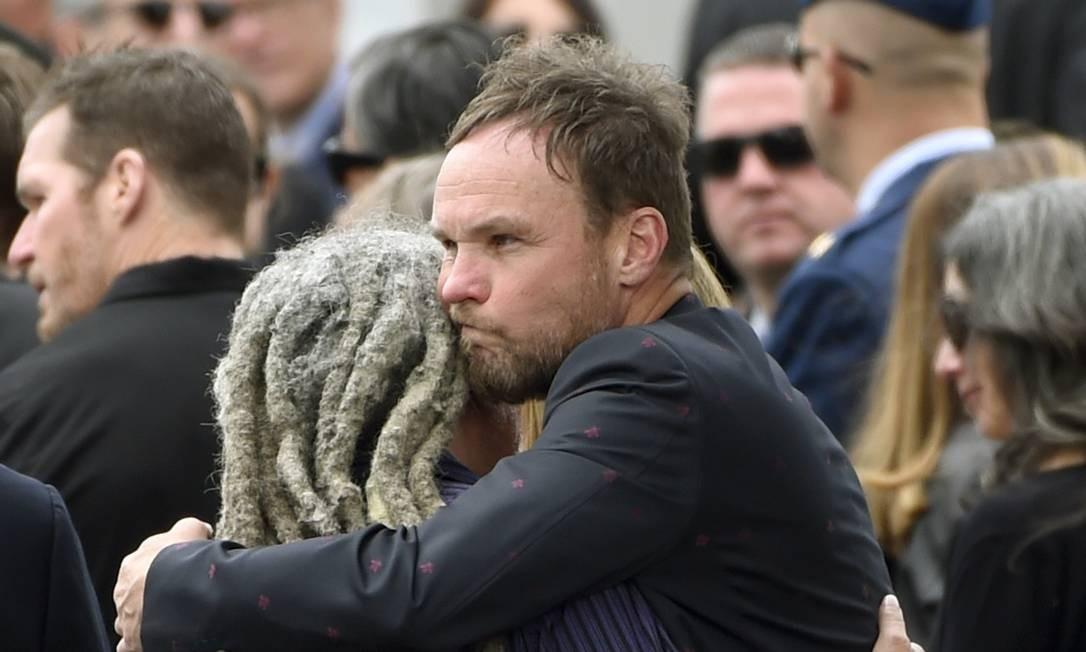 A cena de Seattle esteve toda presenta no funeral. Na foto Jeff Ament, do Pearl Jam, abraça um convidado Chris Pizzello / Chris Pizzello/Invision/AP