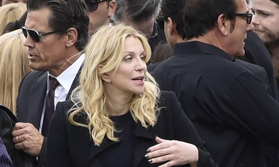 Courtney Love, com Josh Brolin ao fundo, no funeral de Chris Cornell Foto: Chris Pizzello / AP