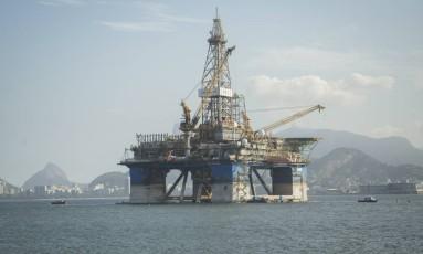 Ascensão. Plataforma de petróleo estacionada em frente à orla da Boa Viagem Foto: Analice Paron / Agência O Globo