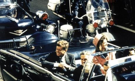 Assassinato. John Kennedy e Jacqueline desfilam pelas ruas de Dallas pouco antes de o presidente ser baleado Foto: Arquivo 22/11/1963