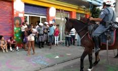Policiais armados retiram usuário de dentro do prédio do programa estadual recomeço Foto: Marcos Alves / Agência O GLOBO