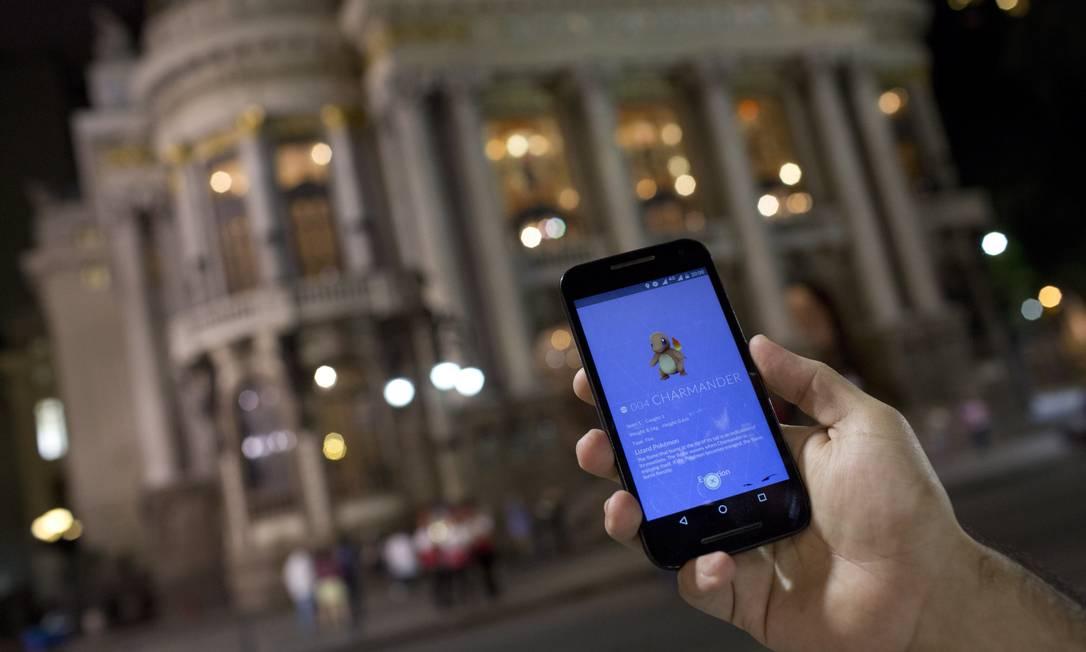 Jogo no Municipal: 'Pokémon Go' chegou ao Brasil um mês depois do lançamento na Europa pela falta de capacidade dos servidores Foto: / Mônica Imbuzeiro/03-08-2016