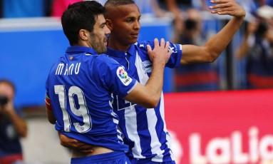 Deyverson comemora com o companheiro Manu García um gol pelo Alavés: do Mangaratibense para a decisão na Espanha Foto: Divulgação/Josu Izarra