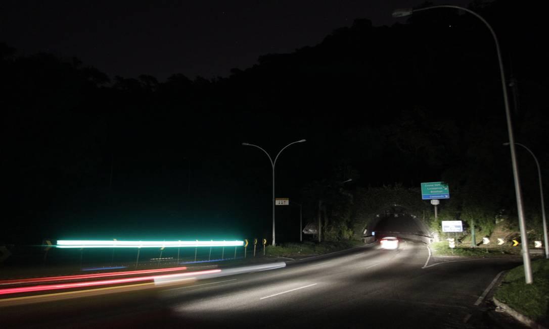 Na galeria do Túnel Rebouças que dá acesso à Lagoa, postes com lâmpadas apagadas são vistos em várias regiões Foto: Pedro Teixeira / Agência O Globo