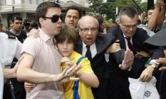 Tumulto. Sean, com o padrasto, no dia em que foi entregue ao pai, por ordem da Justiça Foto: Agência O Globo / André Coelho/24-12-2009