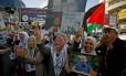 Palestinos celebram fim da greve de fome nas ruas de Ramallah Foto: MOHAMAD TOROKMAN / REUTERS