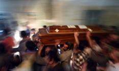 Parentes de mortos em atentado a cristãos coptas carregam caixão na cidade de Maghagha Foto: MOHAMED EL-SHAHED / AFP