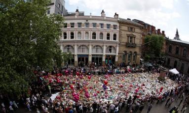 Pessoas reunem flores em homenagem a vítimas de ataque em Manchester Foto: STEFAN WERMUTH / REUTERS