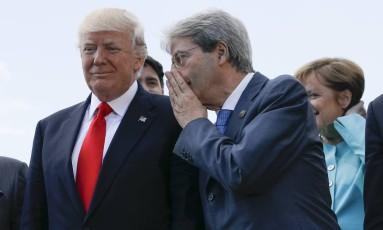 Premier da Itália, Paolo Gentiloni conversa com Trump em reunião do G7 Foto: Jonathan Ernst / AP