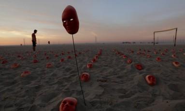 Máscaras colocadas nas areias da Praia de Copacabana em protesto contra a corrupção Foto: RICARDO MORAES / REUTERS