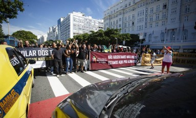 Grupo chegou a fechar a Avenida Atlântica, nos dois sentidos, na altura do Copacabana Palace Foto: Fernando Lemos / Agência O Globo