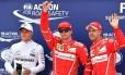 Raikkonen comemora a pole position no GP de Mônaco entre Vettel, seu companheiro de Ferrari, e Bottas, da Mercedes Foto: PASCAL GUYOT / AFP