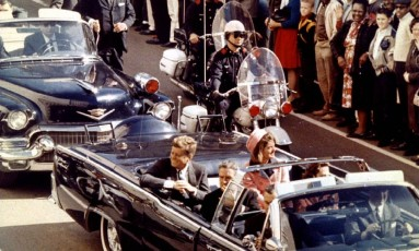 John F. Kennedy com a mulher, Jacqueline Kennedy, e o então governador do Texas John Connally minutos antes de ser assassinado em Dallas, em novembro de 1963 Foto: REUTERS FILE PHOTO / REUTERS