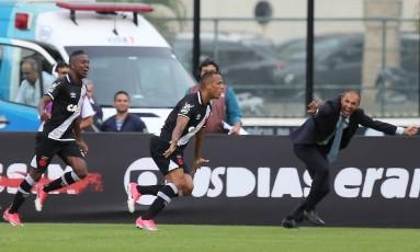 Luis Fabiano comemora o primeiro gol do Vasco sobre o Fluminense, com o técnico Milton Mendes ao fundo Foto: Guilherme Pinto / Agência O Globo
