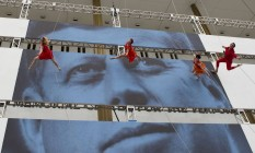 Dançarinos se apresentam sobre foto do presidente assassinado no Kennedy Center for the Performing Arts, como parte das comemorações do centenário: até hoje, o mais popular chefe de Estado americano da era moderna Foto: ANDREW CABALLERO-REYNOLDS / AFP