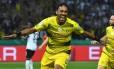 Aubameyang comemora o gol da vitória do Borussia Dortmund sobre o Frankfurt Foto: CHRISTOF STACHE / AFP