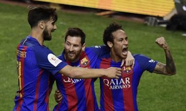 André Gomes, Messi e Neymar comemoram o gol do argentino, o primeiro do Barcelona sobre o Alavés Foto: JAVIER SORIANO / AFP