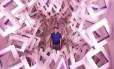 """Ametista. Jaildo Marinho na obra que dá nome à mostra; abaixo, """"Brazil rose-zen"""" (à esquerda), peça em mármore de 1,3 tonelada, e """"Mogno lilas-orange"""" Foto: Monica Imbuzeiro"""