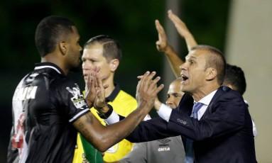 O técnico do Vasco, Milton Mendes, cumprimenta o zagueiro Breno no clássico contra o Fluminense Foto: Marcelo Theobald / Agência O Globo