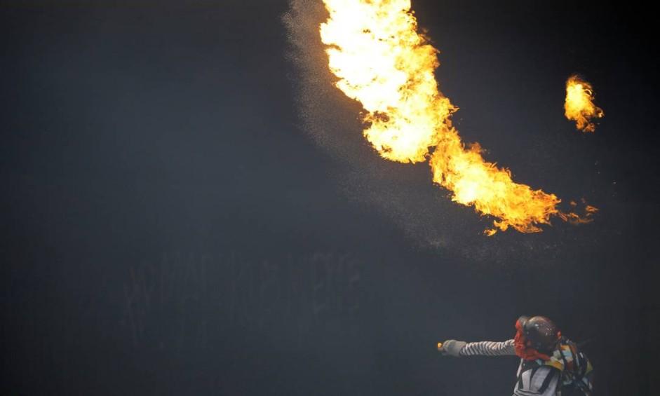 Manifestante joga um coquetel molotov durante protesto contra o presidente Nicolás Maduro, em Caracas, Venezuela Foto: CARLOS BARRIA / REUTERS