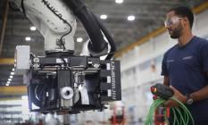 Linha de produção da Embraer com uso de robôs. Foto Marcos Alves / Agência O Globo