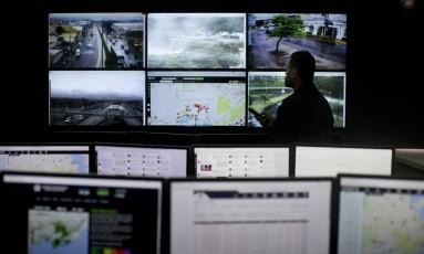 Além de funcionar como 'vigia', a central da Associação Comunitária Bairro Seguro também faz uma análise dos dados armazenados que são usados para gerar mapas sobre o comportamento da mancha criminal Foto: Márcia Foletto / Agência O Globo