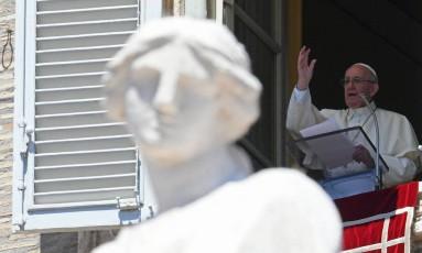 O Papa Francisco na janela do Palácio Apostólico, em frente à Praça de São Pedro Foto: VINCENZO PINTO / AFP
