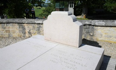 O túmulo do general Charles de Gaulle fotografado neste domingo, após o ato de vandalismo Foto: FRANCOIS NASCIMBENI / AFP