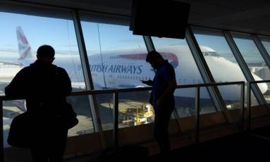 Centenas de passageiros ainda aguardam realocação Foto: WILLIAM EDWARDS / AFP