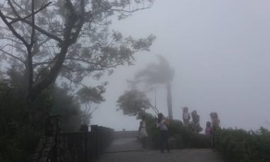 Nevoeiro fechou o mirante Dona Marta, na Zona Sul Foto: Custódio Coimbra / O Globo